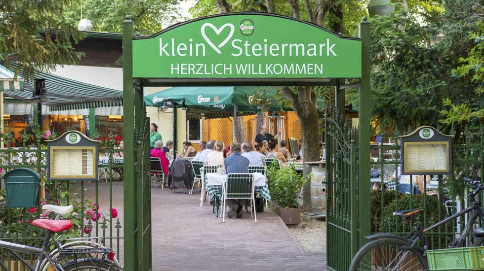 """Eingangsbereich in den Garten des Klein Steiermark mit """"Herzlich willkommen""""-Schriftzug"""